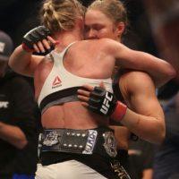 Al final, llegó el abrazo entre ambas luchadoras. Foto:Getty Images