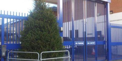 Este fue el árbol que la Estación de Policía colocó fuera de sus instalaciones. Foto:Vía Twitter