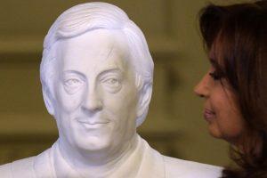 En donde develó un busto de Néstor Kirchner, expresidente y su fallecido esposo Foto:AFP