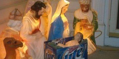 Ellos reemplazaron la cuna del Niño Dios por una caja de cartón. Foto:Reddit