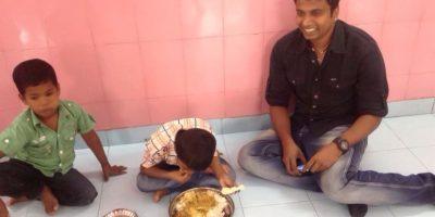 Ellas pagan y él dona el dinero para las ONG. Foto:vía Barcroft