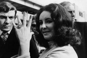 La actriz Elizabeth Taylor recibió vaios anillos de compromiso, pero la joya que aparece en la imagen era de 33 quilates y tenía un costo de 8.8 millones de dólares. Foto:Pinterest