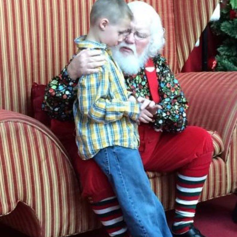 """A Landon Johnson, de seis años, que es autista. Este le dijo a """"Santa"""" que quería que supiese que era autista, pero que no era malo, ya que se lo decían siempre. Este le dijo: """"Está bien ser tu"""". Foto:vía Facebook"""