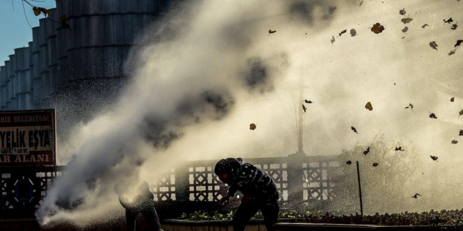 Policía antidisturbios en Turquía dispersa a manifestantes con cañones de agua. Foto:AFP