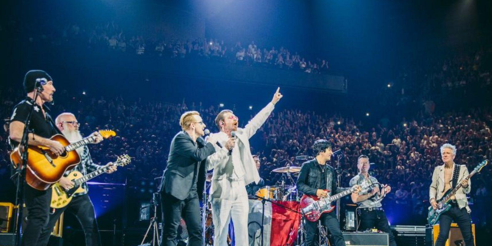 El grupo Eagles of Death Metal y Bono rinden homenaje a las víctimas de los atentados terroristas en París. Foto:AFP/ LIVENATION / DANNY NORTH