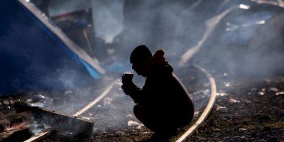 Hombre en la frontera de Grecia y Macedonia. Foto:AFP