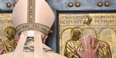 """Francisco abre una """"puerta santa"""" en la basílica de San Pedro con motivo del inicio del Año Jubilar de la Misericordia. Foto:AFP"""