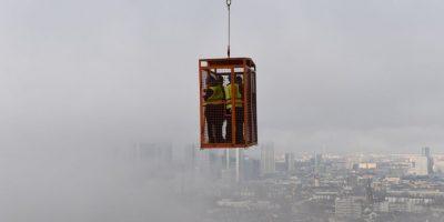 Periodistas cubren la construcción de la torre Henninger en Alemania. Foto:AFP