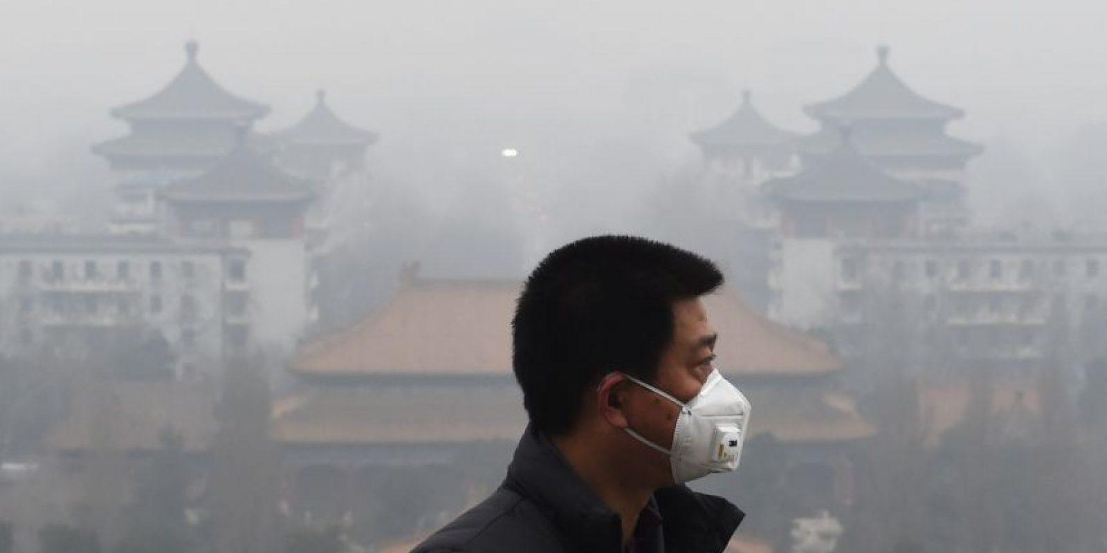 Hombre se proteje de la contaminación del aire en Pekín, China. Foto:AFP