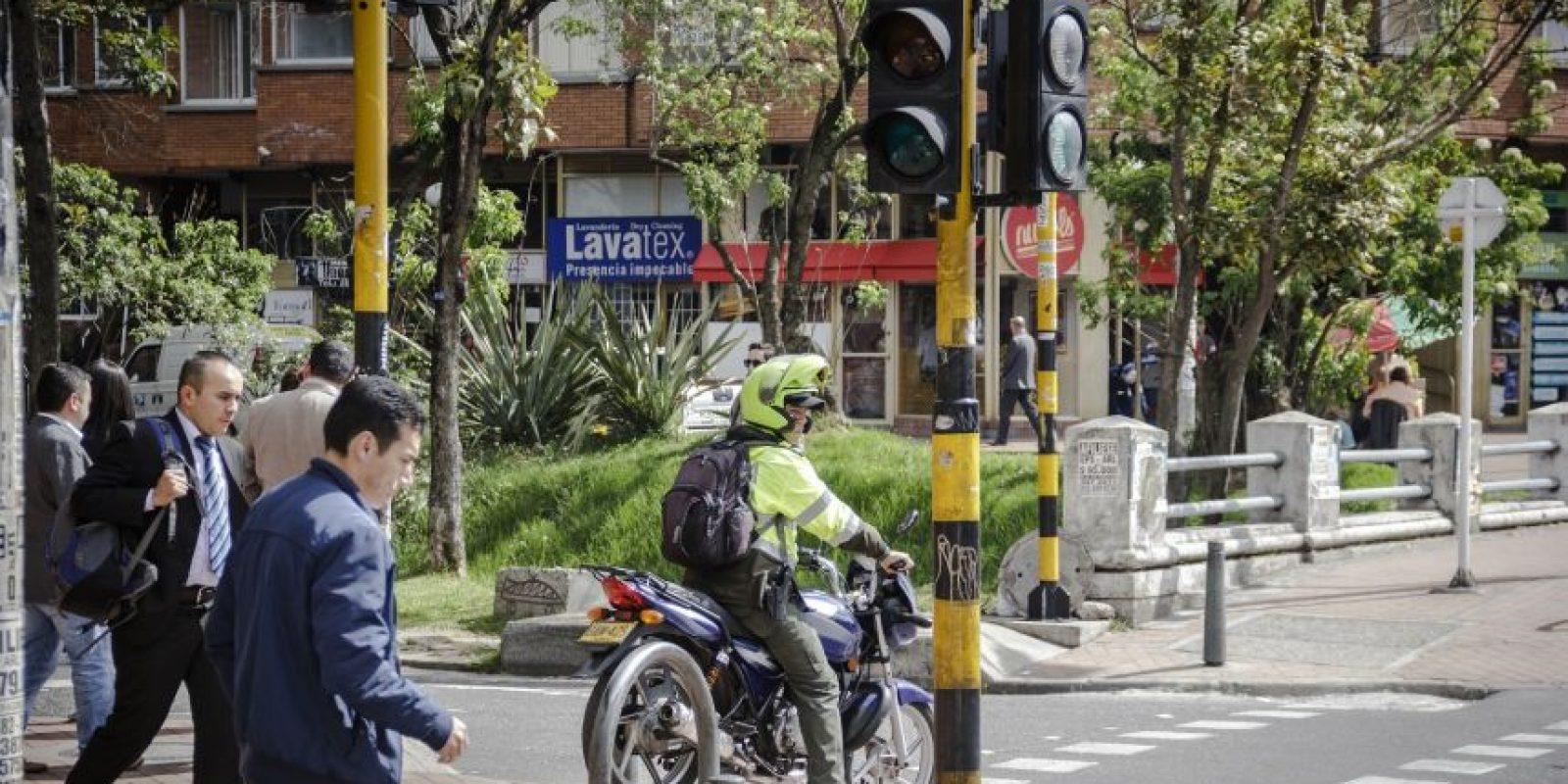 Ni siquiera los policías se salvan de ser pillados, como este agente en la Calle 39 con Carrera 13. Foto:Carlos Bernate – Publimetro