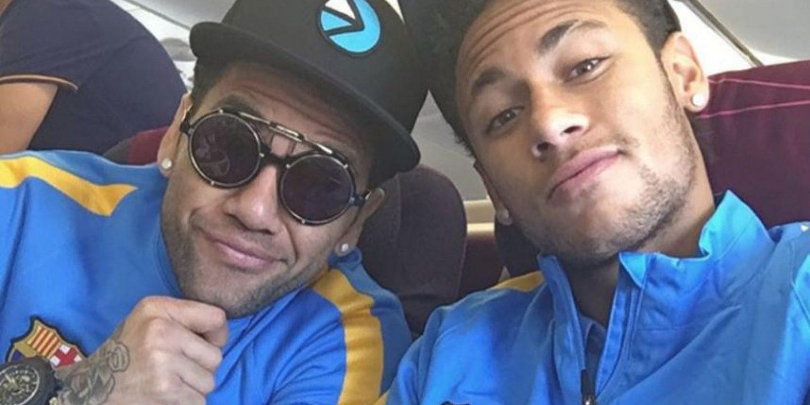 Neymar también compartió una foto del momento. Aquí con su inseparable, Dani Alves. Foto:Vía instagram.com/neymarjr