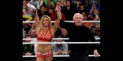 Con la ayuda de Ric Flair, Charlotte retuvo su título Foto:WWE