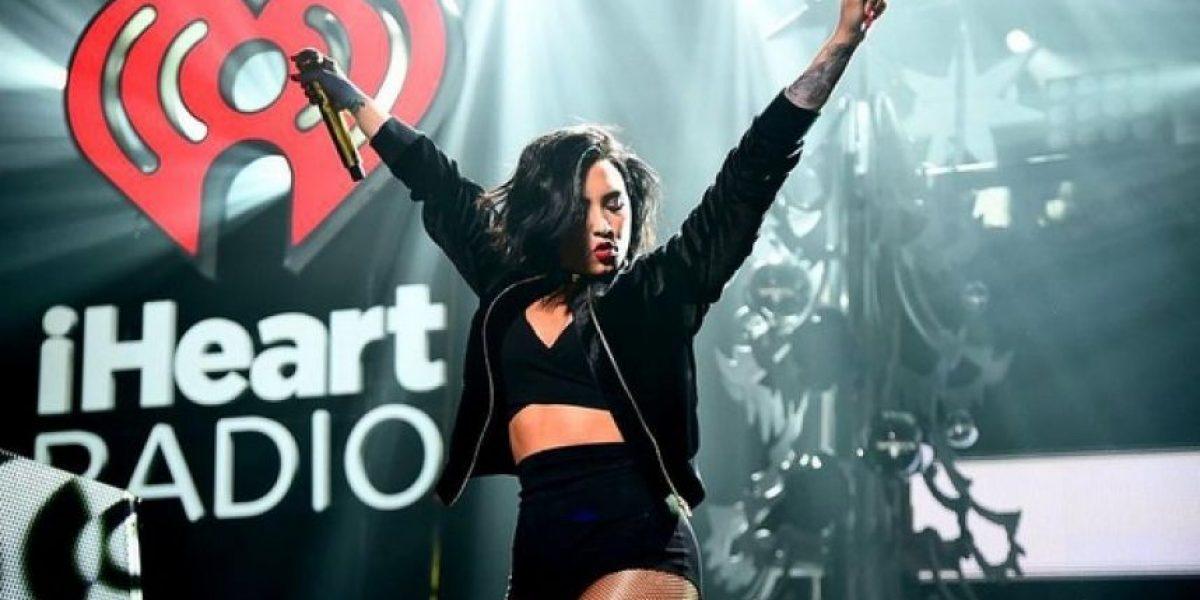 Demi Lovato sufre bochornoso accidente en pleno concierto
