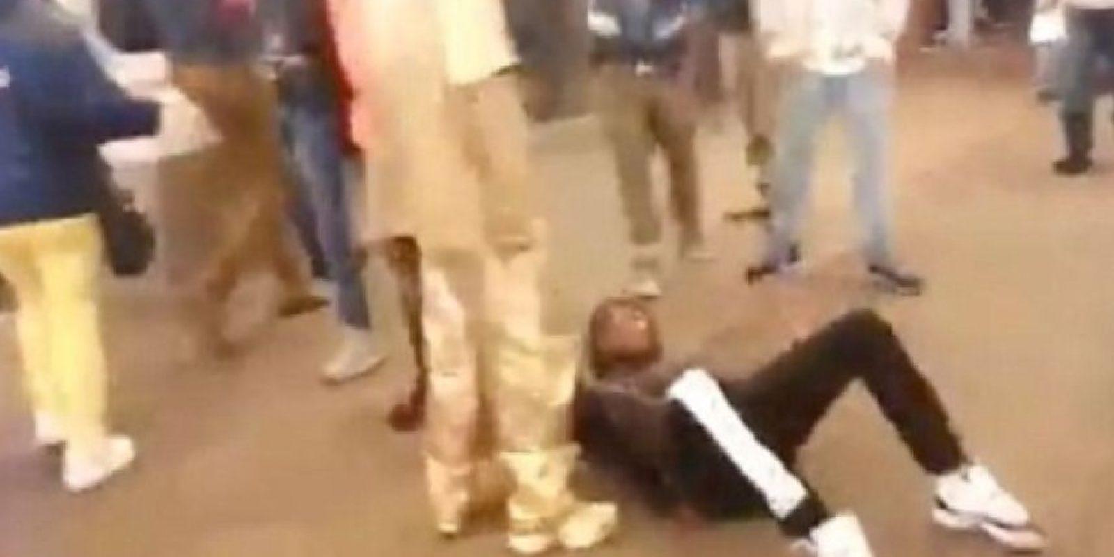 Sucedió en Times Square, en Nueva York, y lo único que recibió fue una patada en el rostro. Foto:Youtube/Jason King
