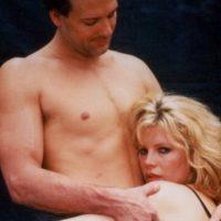 """Pero uno de sus largometrajes más famosos fue """"Nueve semanas y media"""" (1986), junto a Mickey Rourke. Foto:vía Getty Images"""