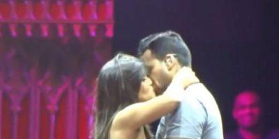 Y ha permitido que cientos de mujeres lo besen en la boca. Foto:vía youtube.com