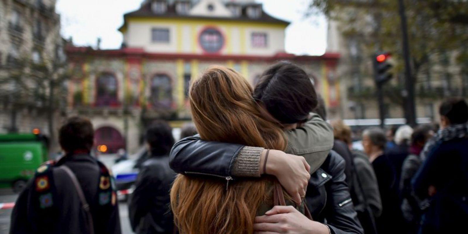 Durante los siguientes días la gente regresaba al lugar para homenajear a las víctimas. Foto:Getty Images
