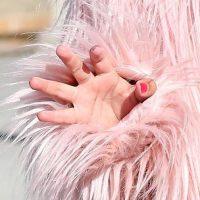 Como complemento, un collar de pedrería, unos pendientes y por si fuera poco, llevaba las uñas pintadas de rojo. Foto:Grosby Group