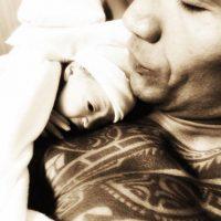 """""""¡La Navidad ha llegado antes de tiempo! A los pocos minutos de nacer ya estaba en brazos de su papá"""", escribió """"La Roca"""" en sus redes sociales. Foto:Instagram/therock"""