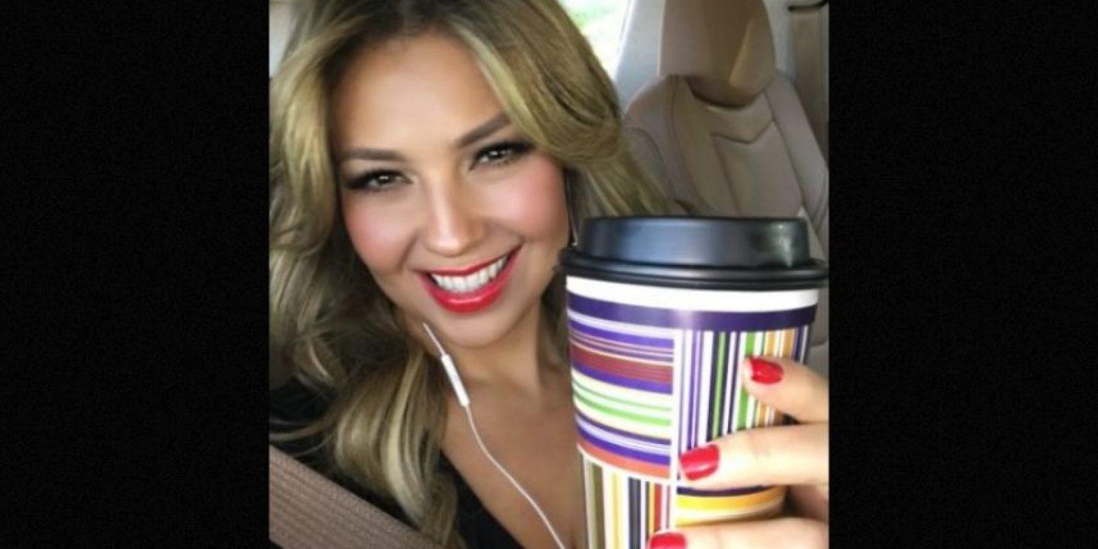 La actriz y cantante mexicana ha confesado haber cambiado su café por unos shots de tequila Foto:Instagram/thalia