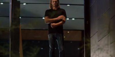 Todo parece ir con tranquilidad hasta que el actor llega a su casa. Sin embargo, no llega solo… Foto:YouTube/SelenaGomez