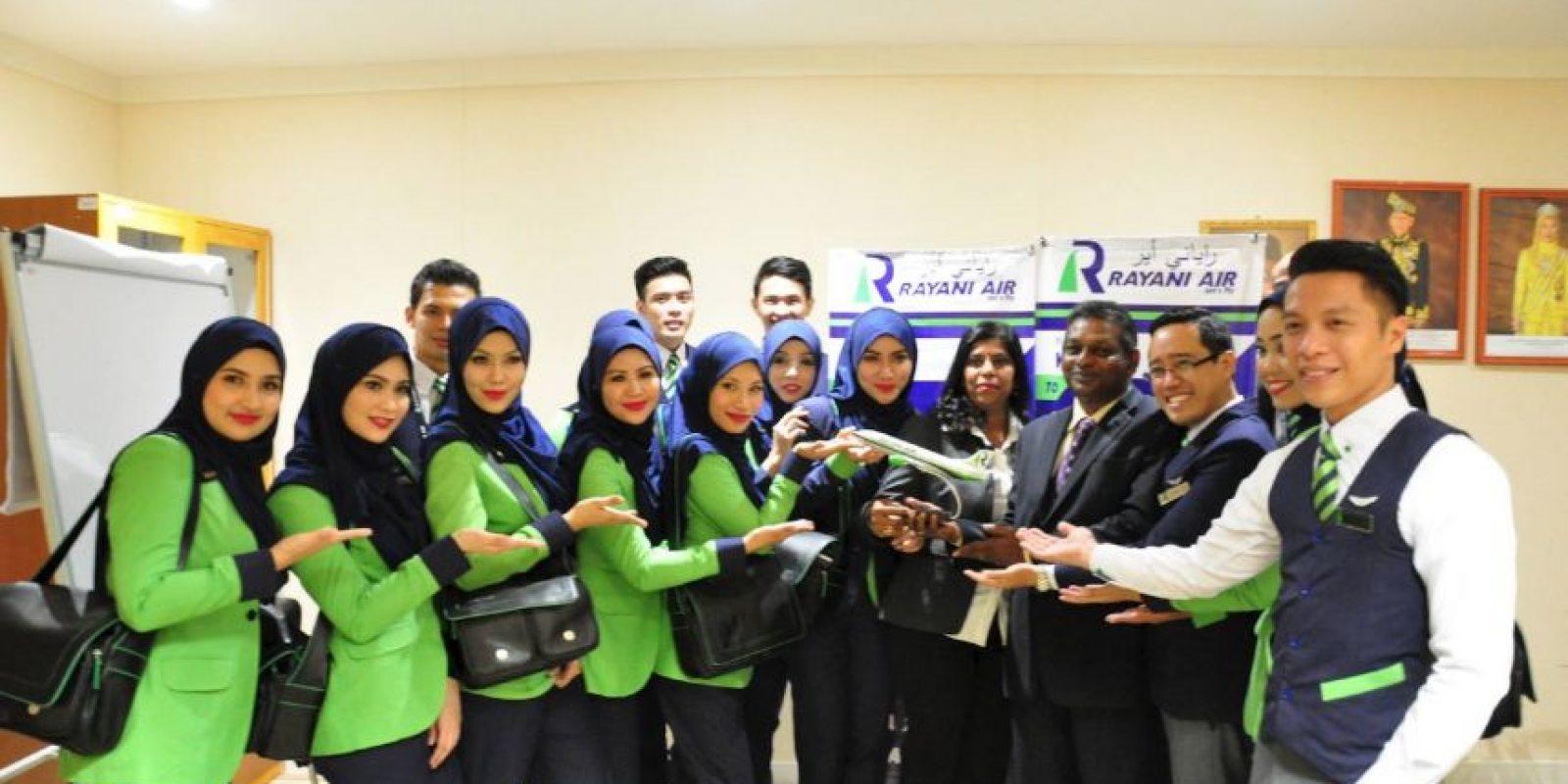 Por lo mismo, las mujeres de la tripulación tendrán que cubrir su cabeza con un hiyab. Foto:Vía facebook.com/OfficialRayaniAir