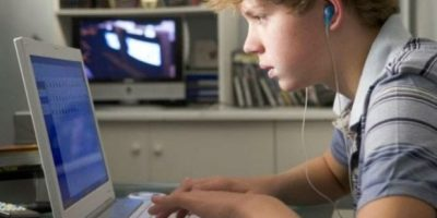 6. Abran espacios espontáneos donde el adolescente pueda expresar su percepción sobre el tema. Por ejemplo al ver una película, serie de tv donde halla escenas subidas de tono. Den a conocer su opinión acerca de lo visto o lo escuchado, invitando a los espectadores a expresarse respecto al tema. Foto:Tumblr.com/Tagged/porno-adolescentes