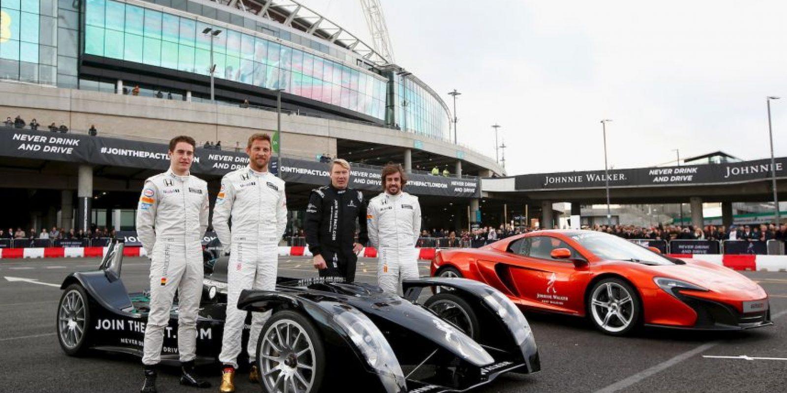 Fernando Alonso y Jenson Button, dos excampeones, no encontraron la solución al volante y el equipo terminó penúltimo en la temporada Foto:Getty Images
