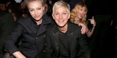 Kelly Clarkson detrás de Ellen DeGeneres y su esposa. Foto:Getty Images