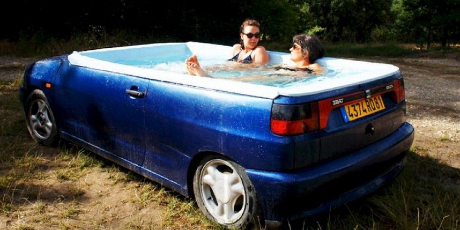El artista francés Benedetto Bufalino transformó un Seat Ibiza viejo en un jacuzzi Foto:benedettobufalino.com