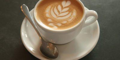 La correlación es que las mujeres que beben tres tazas de café al día puede disminuir las probabilidades de cáncer de mama. Foto:Getty Images