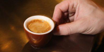 Una investigación hecha por investigadores suecos dio a conocer que beber mucho café reduce el tamaño de los senos. Foto:Getty Images