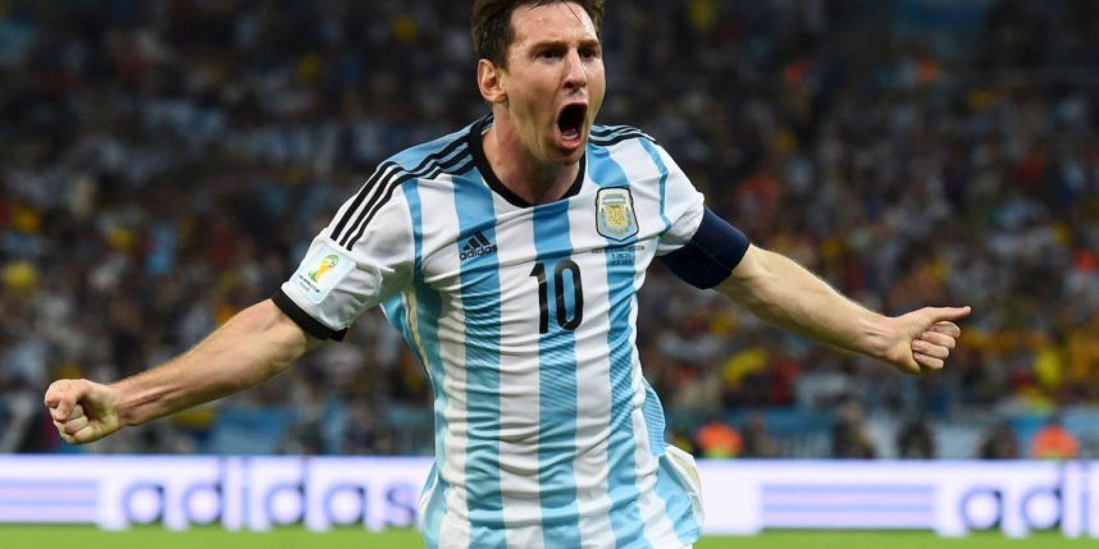 """Lionel Messi es el único miembro de este 11 histórico que sigue en activo. La """"Pulga"""" es considerado el mejor futbolista del mundo en la actualidad y uno de los mejores de la historia. Con el Barcelona ha ganado todo lo que ha querido, aunque con su selección no ha logrado trascender. Foto:Getty Images"""