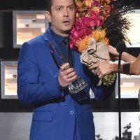 """""""Este año el premio va para el extraordinario actor y comediante. Señoras y señores: Thomas Lennon. ¡Felicidades, Tom!"""", dice la presentadora ante el asombro del actor de """"Reno 911"""". Foto:Getty Images"""