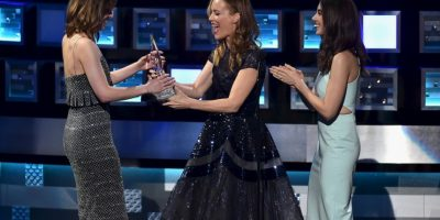 La presentadora, Leslie Mann, fue la encargada de entregarle el reconocimiento a la actriz Foto:Getty Images