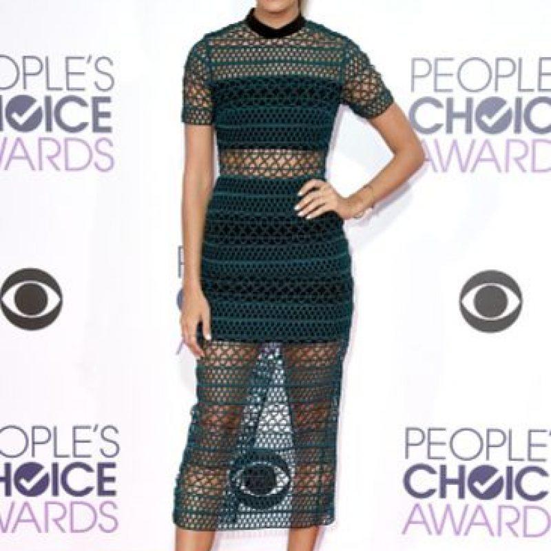 Renee Bargh traía una buena propuesta, el problema es el largo del vestido, el peinado y los zapatos. Foto:vía Getty Images