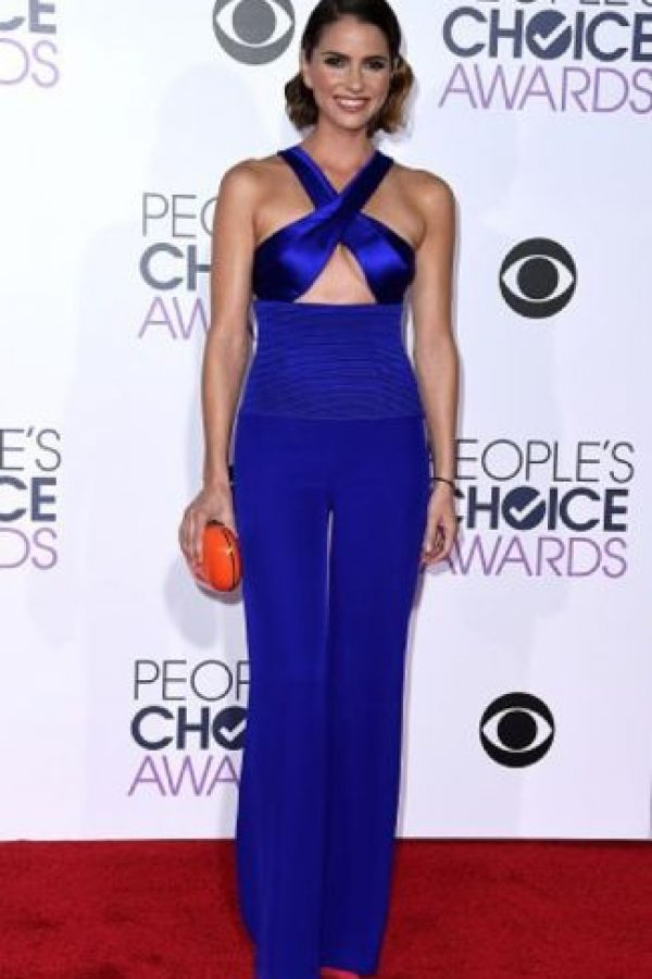 Shelley Hennig en otro enterizo azul Klein. Foto: vía Getty Images