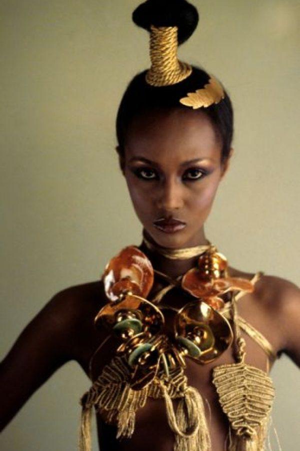 Es de ascendencia somalí y habla cinco idiomas. Estudió Ciencias Políticas en la Universidad de Nairobi y comenzó a modelar en los años 70. Foto:vía Vogue