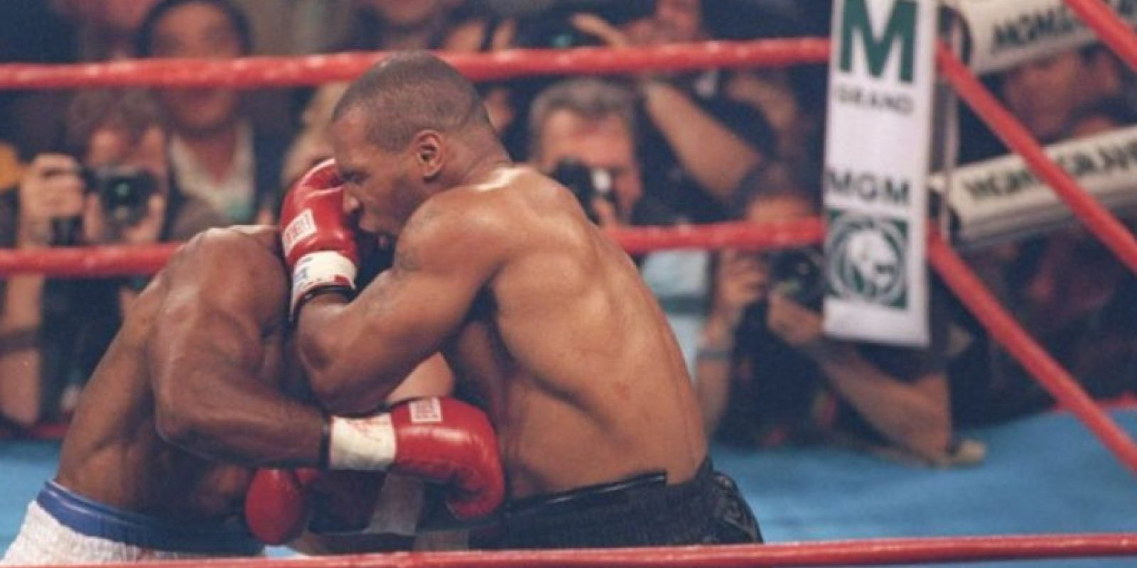 9. En 1997, Mike Tyson le arrancó un pedazo de oreja a Evnader Hoyfield Foto: Getty Images