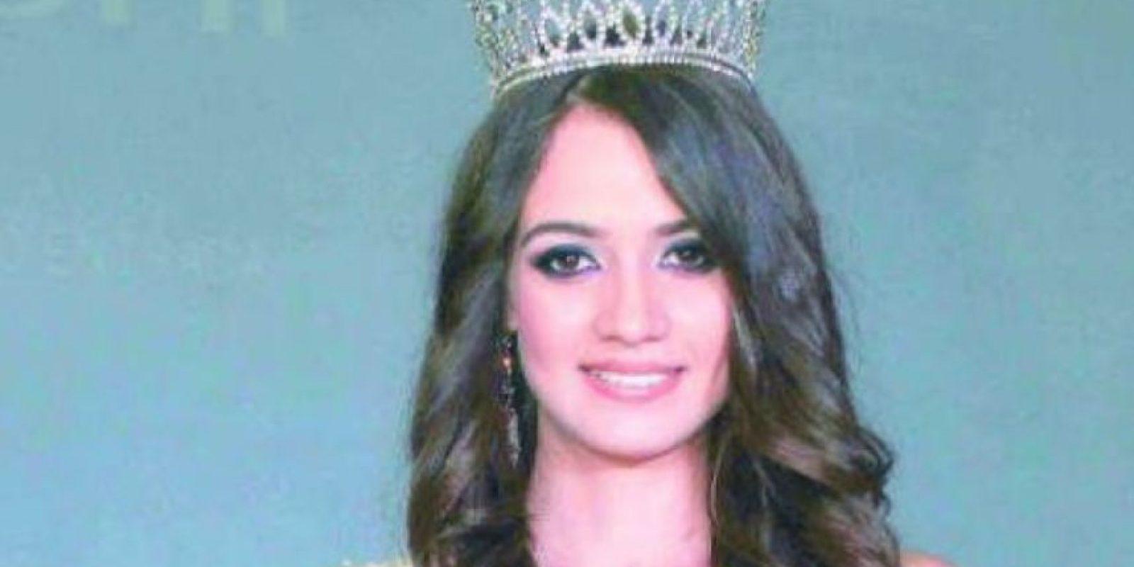Esta era la reina de belleza que murió con un fusil Ak-47 al lado. Foto:vía AFP