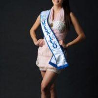 Diez meses antes de su muerte parecía otra joven reina de belleza cualquiera, emocionada por representar a su país. Foto:vía AFP
