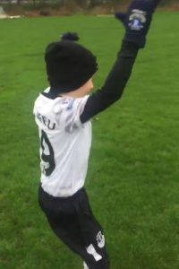 George es un niño inglés con parálisis cerebral que está conquistando las redes sociales con un video. Foto:Vía twitter.com/shawyefc79