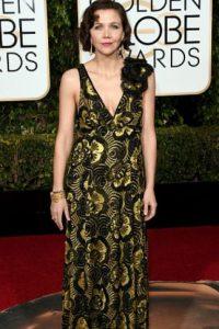 Maggie Gyllenhaal, todo estaba bien, menos los complementos. El maquillaje la hace palidecer. Foto:vía Getty Images