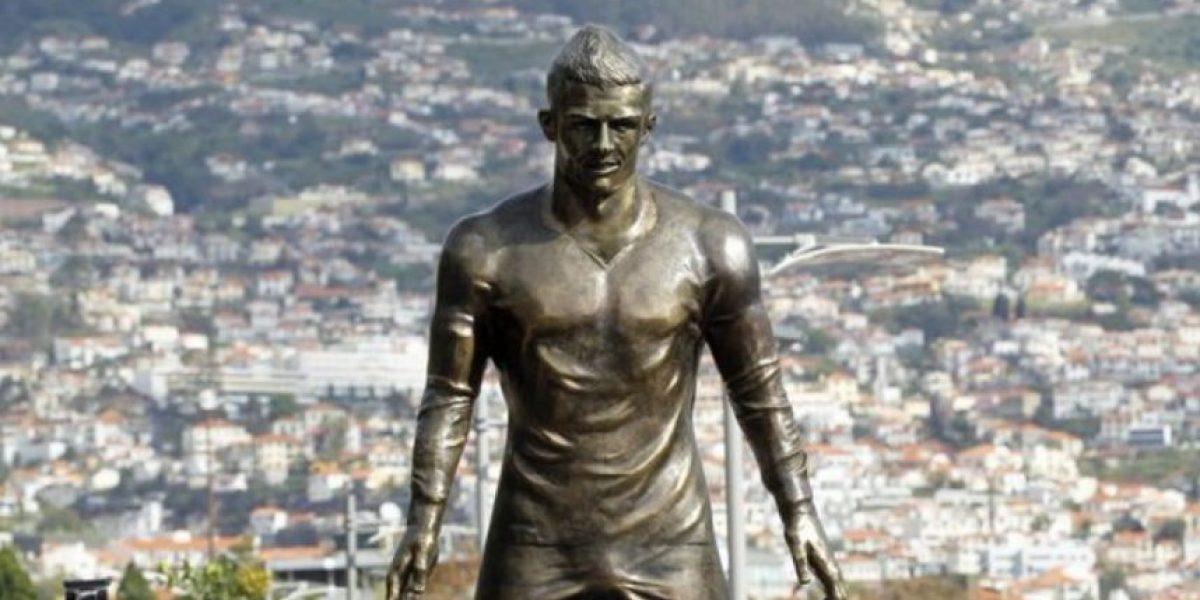 Pintan estatua de Cristiano con el nombre y el número de Messi