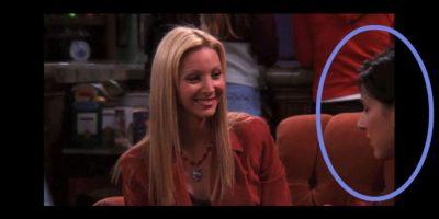 """Pero en el cambio de cámaras, otra actriz aparece en el lugar de """"Mónica"""". Foto:Vía YouTube / Warner Bros"""