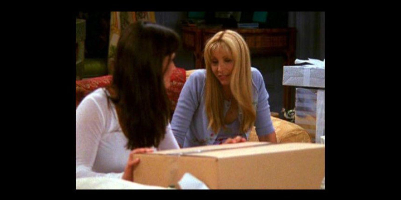 """""""Mónica"""" envuelve una caja de regalo. Foto:Vía YouTube / Warner Bros"""