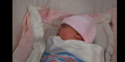 Y cuando la coloca en su cuna, la bebé lleva un gorrito rosa. Foto:Vía YouTube / Warner Bros