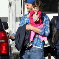 Ashton sostiene tiernamente a su bebé. Foto:Grosby Group