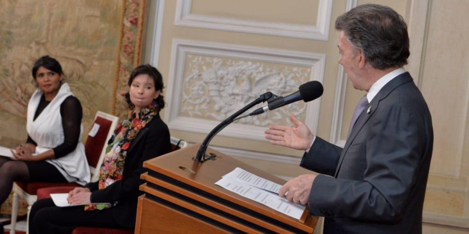 Con la presencia de varias víctimas, entre ellas Natalia Ponce de León, el presidente Juan Manuel Santos sancionó la Ley deácidos. Foto:Presidencia