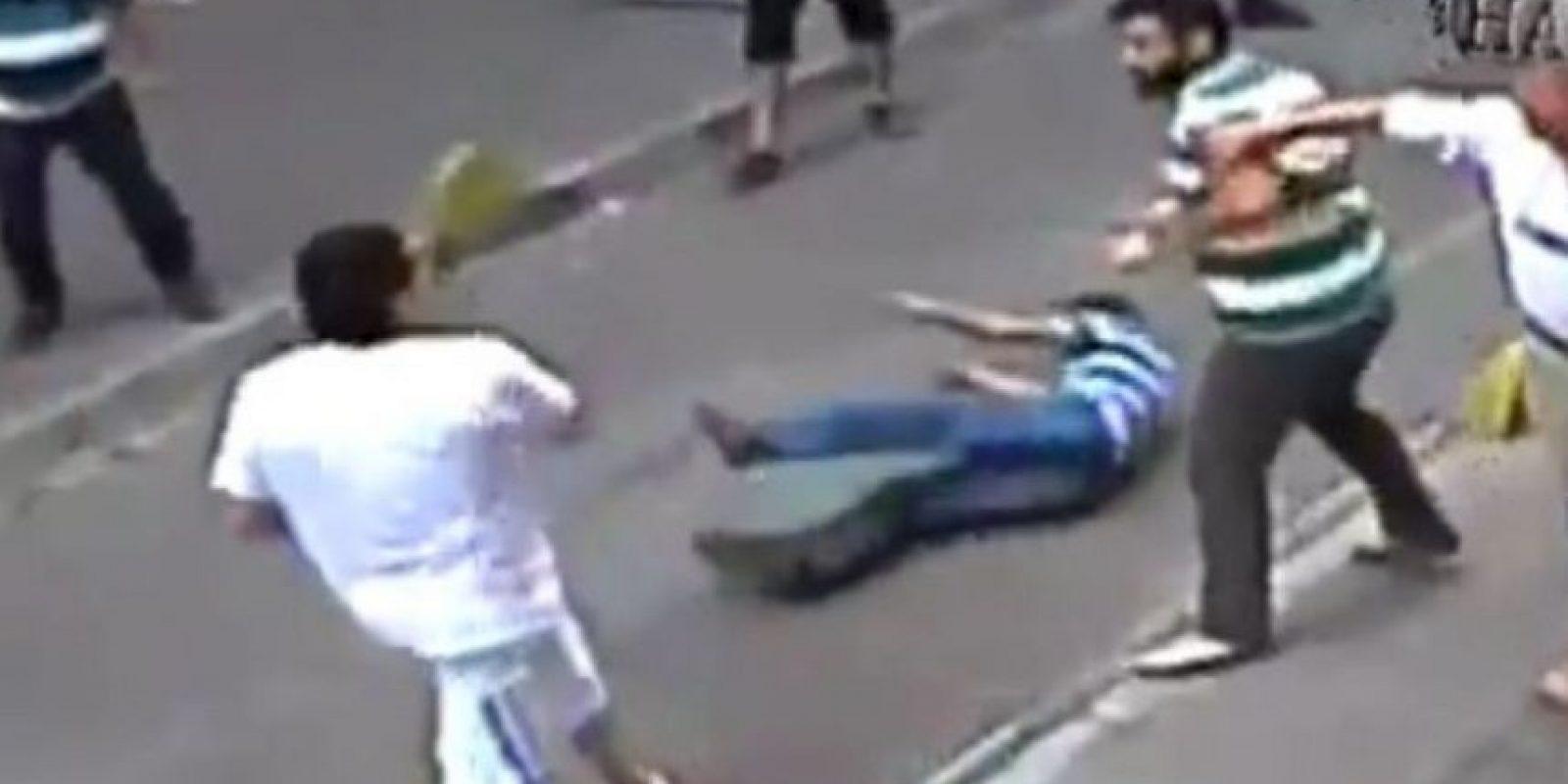 Un hombre se pelea con un grupo de personas en el barrio de Aksaray, en Estambul, Turquía, derrotando a los seis con los que peleaba. Era luchador profesional. Foto:YouTube-Archivo